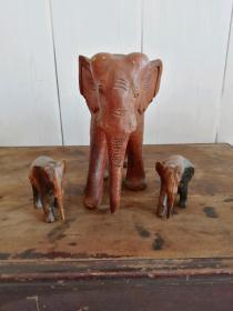 早些年自己收藏的大象摆件三只、一大两小、做工精致 纯手工雕刻、品相没得说、纹理漂亮,其中大象有一只耳朵有点惜残、不影响观赏。