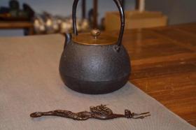 日本回流雅致铜造物(防止壶钮烫手) 回龙顾主、 纯铜制:壶盖插、可用于铁壶.银壶.金壶。刻画细腻入微,栩栩如生.活灵活现。为您的茶席增添些灵魂动感!长20cm,重104克!