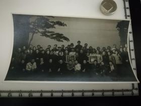 原国家民委专家张红、段星光旧藏老照片1张 1963年剧场演员与毛主席像合影