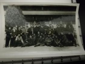 原国家民委专家张红、段星光旧藏老照片1张 1964年与哈尔滨话剧院千万不要忘记剧组留影