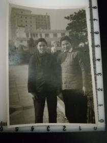 原国家民委专家张红、段星光旧藏老照片1张 品相尺寸如图  传统服饰 棉袄