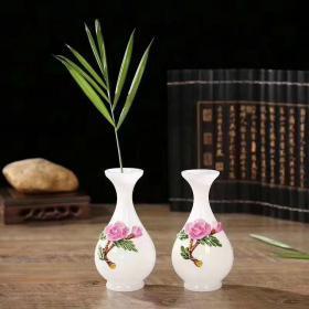 《品名》迷你玫瑰一瓶对 《材料》琉璃玉 《尺寸》15*6*7 纯玉白料,为琉中璃的珍品。450一套《包盒》