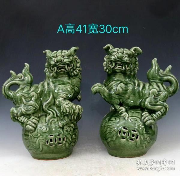 宋耀州窑暗饰刻瓷狮子摆件,器型美观,形象逼真,釉色青翠光润,品相完好如图