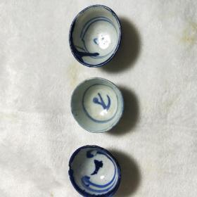 青花老酒盅,酒杯三个,有冲线,详细看图。