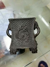 小巧玲珑的书房方口铜香炉,图案细腻,工艺精湛,美观大方,不可多得。口径7.8*7.8cm。底径7*7cm。