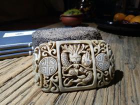 〖福寿龙纹带板〗一件石性比较重的中古玉器,从器型、雕刻、沁色、包浆判断为明早期的和田玉料制成,整个物件自然古朴,从带板背部早期的磕碰处也可见岁月风化磨砺的痕迹。如用来装饰男士的腰带也是再合适不过了(见图)。喜欢的不要错过,不懂或追求过分完美的请不要乱拍。玉器净重:65克