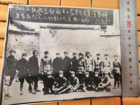 老照片:一九二七秋收暴动成立工农革命军第一军至今当存之人约半数1937(早期翻拍)尺寸:(14cm×12cm)