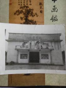 七八十年代九岭电影院老照片一张,门前的电影海报极具时代特征,包快递。