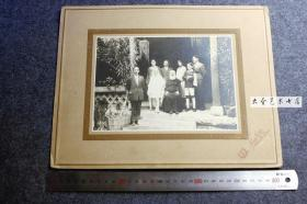民国京汉路河北石家庄同乐街同芳照相馆拍摄当地教会传教的天主教神父和朋友们老照片,背板整件尺寸为30.7X24厘米。