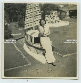 民国时期穿旗袍的年轻女子在船模前悠闲的留下倩影老照片