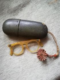 漂亮清代塑料框水晶养目镜带老鱼皮盒,塑料花,红玛瑙配饰,6*3*13.5cm,架鼻子部位有裂如图,余完整