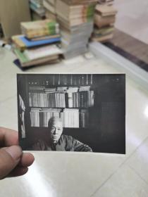 著名文史学家郑逸梅签名照片一枚~是年89岁