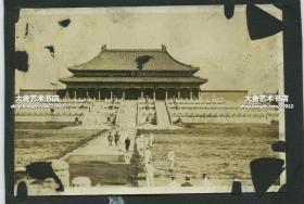 民国北京故宫太和殿广场老照片,当时游客寥寥,石砖地上长满杂草