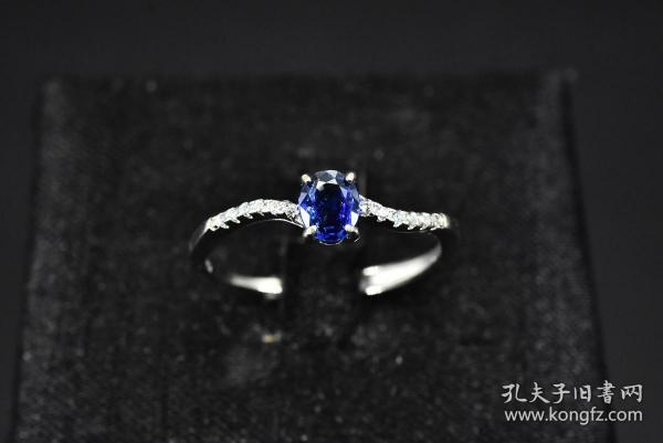 """(丙2511)保真 配有鉴定证书《蓝宝石纯银戒指》1枚 925银托 宝石重量:0.43克拉 总重量1.53克 。有证书。戒面尺寸:5.1*4.3mm 戒指大小可调整。蓝宝石象征忠诚、坚贞、慈爱和诚实。星光蓝宝石又被称为""""命运之石"""",能保佑佩戴者平安,并让人交好运。"""