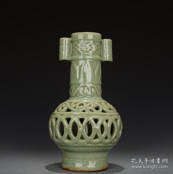 龙泉窑青釉镂空双层卷耳瓶!