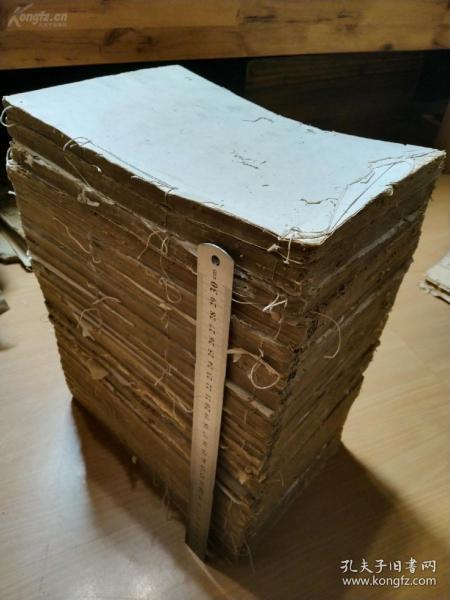 清代木刻的大部头书籍《钦定礼记义疏》存26厚册《钦定书经传说会纂》写刻本存3厚册一起拍了。两种都不成套,有虫蛀伤字品相弱。