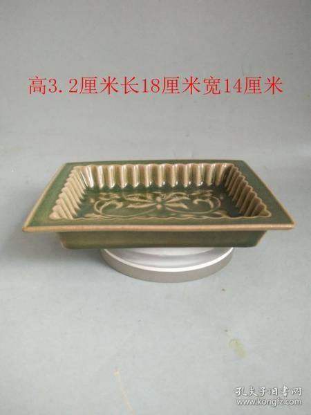 宋代官窑冰裂纹雕花卉瓷盘