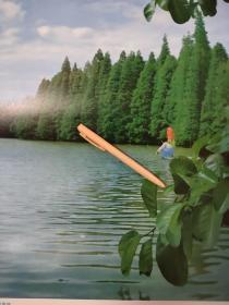 园林风景彩衣女子水边摄影图片