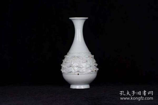 元 卵白釉枢府瓷雕刻折枝菊花纹玉壶春瓶