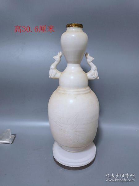 宋代官窑白瓷花卉瑞兽赏瓶