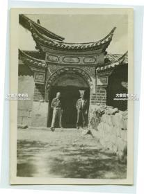 民国时期援华美军士兵在中国建筑砖门前合影老照片,有可能拍摄于云南昆明一带,请行家自辨。泛银