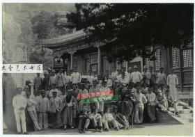 清代到中国巡航的德国舰队士兵集体在浙江普陀山法雨寺前和住持僧人和尚合影老照片,20.1X13.9厘米。