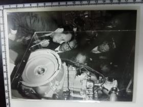 大尺幅老照片 一起专家参观长春第一汽车制造厂