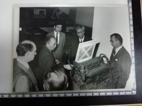 大尺幅老照片 一起专家参观长春第一汽车制造厂2