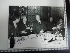 大尺幅老照片 一起专家参观长春第一汽车制造厂 晚宴