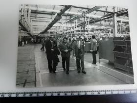 大尺幅老照片 一起专家参观长春第一汽车制造厂 外国专家