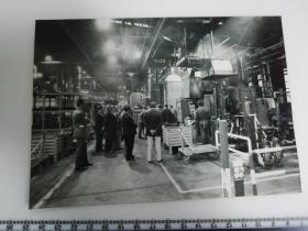 大尺幅老照片 一起专家参观长春第一汽车制造厂 生产线