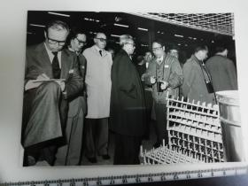 大尺幅老照片 一起专家参观长春第一汽车制造厂 讲解