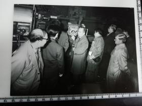 大尺幅老照片 一起专家参观长春第一汽车制造厂 专家讲解发动机