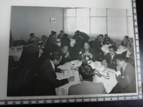 大尺幅老照片 一起专家参观长春第一汽车制造厂 午宴