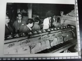 大尺幅老照片 一起专家参观长春第一汽车制造厂 发动机生产线