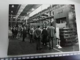 大尺幅老照片 一起专家参观长春第一汽车制造厂 汽车生产线