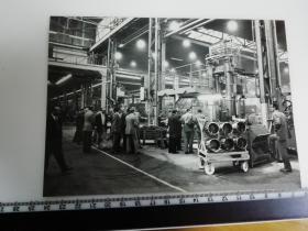 大尺幅老照片 一起专家参观长春第一汽车制造厂 生产车间