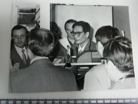 大尺幅老照片 一起专家参观长春第一汽车制造厂4