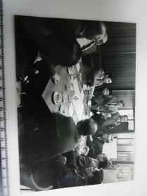 大尺幅老照片 一起专家参观长春第一汽车制造厂谈论会