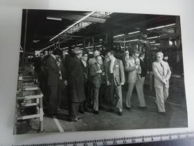 大尺幅老照片 一起专家参观长春第一汽车制造厂专家