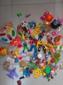 一堆小时候的玩具打包处理