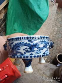 三足青花瓷器一件,年代未知,釉色不错,喜欢的来买,售出不退。
