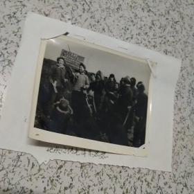 《文革知识青年地头宣传毛泽东思想》老照片一张   具体看图