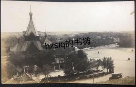 """【照片珍藏】民国时期哈尔滨圣·尼古拉大教堂""""中央寺院、喇嘛台""""俯瞰及周边景象,可见远处的建筑分布和路面行人等。该教堂曾是哈尔滨最负盛名的东正教堂之一,文革期间被拆毁。老照片内容少见、颇为难得"""
