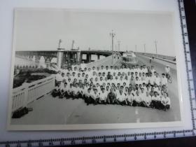原国家民委专家张红、段星光旧藏老照片1张 1978年少数民族同志于南京长江大桥合影 时代特色大汽车