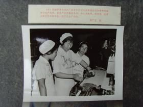 1978年,新疆伊犁毛纺织厂,女工们交流生产经验