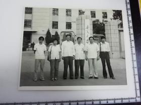 原国家民委专家张红、段星光旧藏老照片1张 与宁夏省教育厅长在宁夏大学前合影