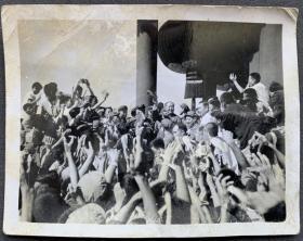 文革时期 毛主席、周总理等国家领导人于天安门城楼接见狂热的红卫兵 珍贵老照片一枚