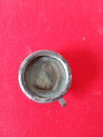 小佛带盒子一个,年代未知 ,里面的小佛做的很精致,具体啥时候做的暂时不清楚,第一次见这么小的佛,懂的请指教,售出不退。铜壳镶银。总共收了三个,里面的小佛每个都不一样,这是其中的一个。