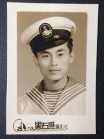 老照片 六十年代 大连海运学院(现大连海事大学)系列 帅哥 很英俊 帽子上有徽章 相纸好